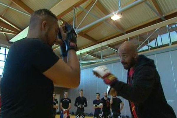 Cyrille Diabaté, ancien champion du monde de boxe thaï et combattant des deux plus grandes compétitions de MMA, est venu animer un stage de grappling fight à Ceyrat.