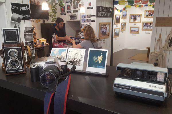 Depuis un peu plus d'un an, un magasin à ouvert ses portes autour de l'argentique et de la photographie d'antan. Sa clientèle est surtout composée de jeunes lassés par le numérique.