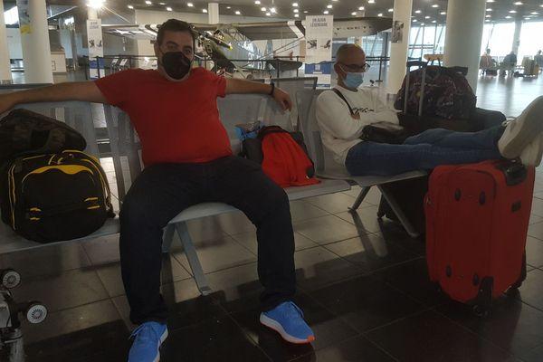 Ces Espagnols, coincés à l'aéroport de Brest, sont obligés de prendre leur mal en patience