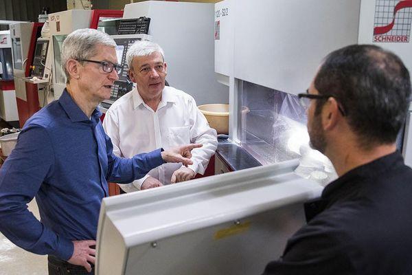 Tim Cook, le patron d'Apple, en visite chez Eldim
