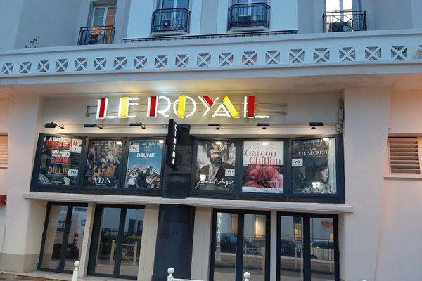 """Enseigne du cinéma toulonnais """"Le Royal"""" illuminée en signe de solidarité avec le monde de la culture"""