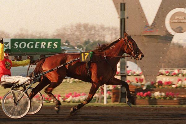 Jean-Michel Bazire remporte son premier Prix d'Amérique en 1999 avec Moni Maker, entrée au Hall of Fame des trotteurs américains.