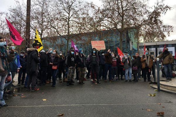 Rassemblement le 19 décembre 2020 sur l'esplanade Charles-de-Gaulle à Rennes contre la loi sécurité globale.