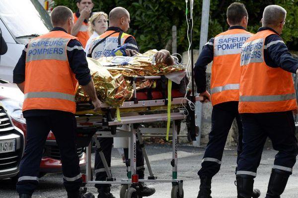 Des secours transportent un blessé à Puisseguin (Gironde), le 23 octobre 2015, après l'accident meurtrier qui s'est produit à la sortie de la commune.