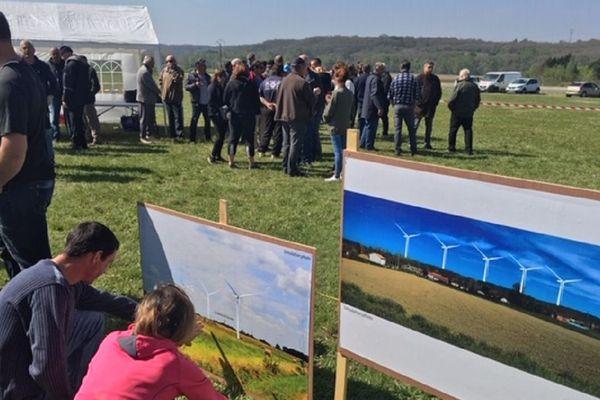 Les opposants au projet éolien ont visualisé le futur projet sur des affiches.