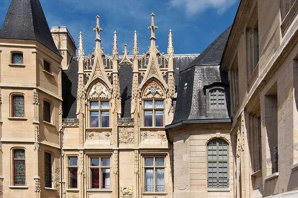 L'hôtel de Bourgtheroulde date en partie du 16ème siècle.