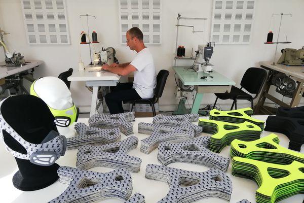 Guillaume Turbec au travail dans son atelier de masques