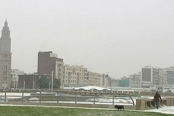 La neige a commencé à tomber sur le Havre.