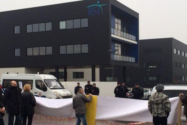 A Rennes ce lundi, dans le quartier Beauregard, des commerçants et artisans devant le nouveau batîment du RSI.