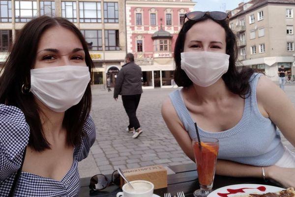Noémie Bonnélie (gauche) et Marion Bard (droite) en terrasse à Wroclaw