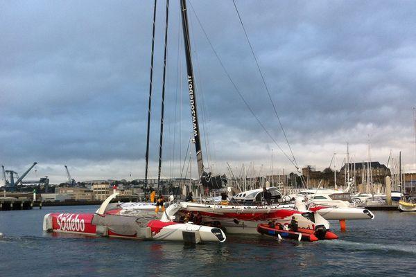 A 9h15, Thomas Coville quitte le port du Château à Brest pour s'attaquer au record du tour du monde en solitaire à bord de son maxi-trimaran Sodebo.
