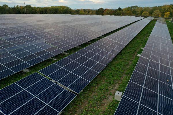 Des terres agricoles occupées par des panneaux photovoltaïques. A Montrond-les-Bains, un projet fait polémique (illustration prétexte - archive)