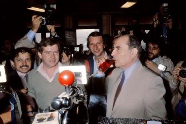 Le 10 mai 1981, François Mitterrand savoure sa victoire dans un café de Château-Chinon au milieu de ses partisans.