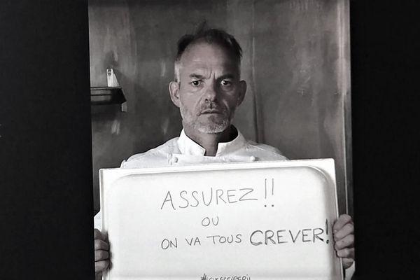 Les restaurateurs de l'Ain se sont photographiés pour dénoncer le mutisme des assureurs durant cette période. Ici, Didier Goiffon, chef étoilé de Replonges.