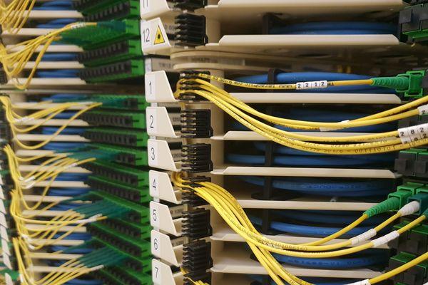 Toutes les connexions fibre de la ville de Troyes passe par le centre téléphonique où tous les opérateurs travaillent. Dans deux ans, les fils de fibre optiques seront bien plus nombreux