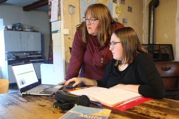 Florence Claudepierre en pleine séance d'école à la maison, avec Marion, sa fille lycéenne.