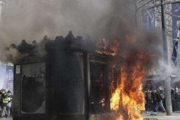 Un kiosque à journaux incendié volontairement le samedi 16 mars sur les Champs-Elysées lors de la 18ème journée de mobilisation des gilets jaunes à Paris.