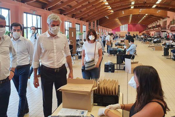 Laurent Wauquiez en visite au Palais du lac à Bellerive-sur-Allier où les masques sont conditionnés par des bénévoles avant d'être confiés aux communes.