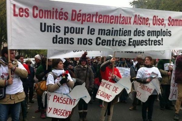 Plus de 20 000 professionnels du secteur équin manifestent à Paris contre la hausse de la TVA, le 24 novembre 2013.