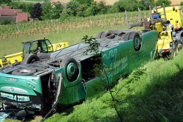 Le car était tombé au milieu des vignes. Il roulait sur une petit chemin interdit à la circulation.