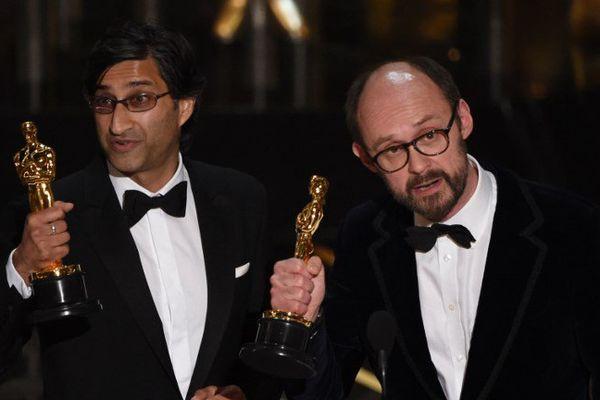 Asif Kapadia à gauche de l'image avait reçu l'oscar du meilleur documentaire à Hollywood en 2016