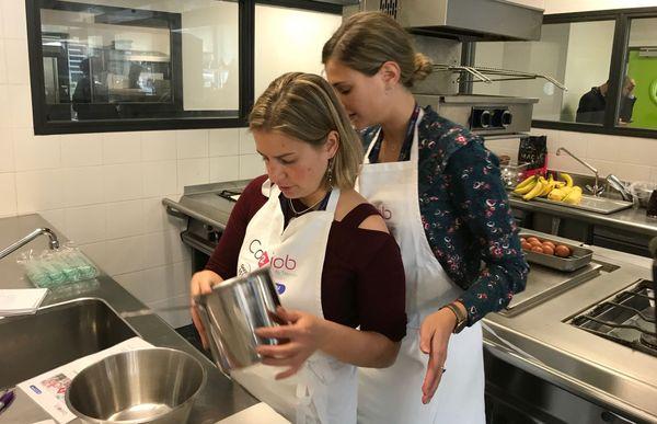 Marine Falip a aidé son binôme Noëlle Gerber, malvoyante, à cuisiner.