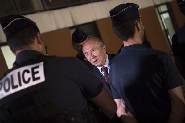 Après une rencontre avec les fonctionnaires de police, le ministre de l'Intérieur Gérard Collomb a fait un tour en voiture de la Bac cité de la Busserine.
