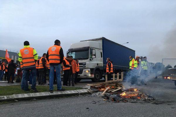 Une trentaine de salariés filtraient l'accès aux camions d'un entrepôt Auchan contre l'annonce d'un plan de suppression de 1475 postes. Amiens, le 8 octobre 2020.