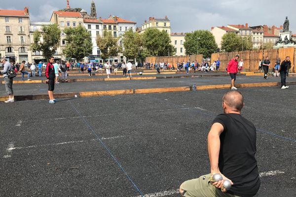 Plus de 3 mille joueurs de pétanque, parmi lesquels plusieurs champions de France, participent jusqu'au dimanche 19 août au 8e concours Supranational du Puy-en-Velay (Haute-Loire).