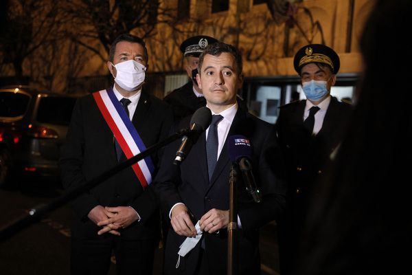 Le ministre de l'Intérieur s'est rendu à Poissy lundi soir pour apporter son soutien aux policiers.