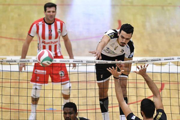 Smash de Zouheir El Graoui lors de la rencontre du 2 novembre 2018 face à Rennes en Ligue A de volley.