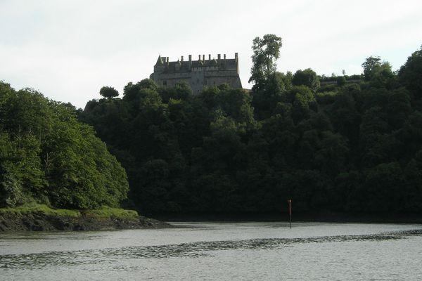 Surplombant l'estuaire du Trieux, le château de la Roche-Jagu en assurait autrefois le contrôle et la défense.