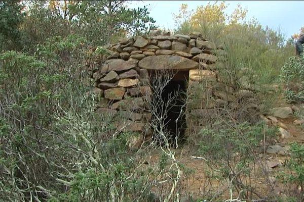 Une cabane en pierres séchés au Parc naturel Régional des Pyrénées. Elle commence à se dissimuler sous la végétation, d'où l'importance de les recenser.