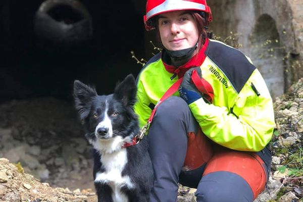 Charlotte Huber, sapeur-pompier volontaire au centre de secours de Spincourt en Meuse et sa chienne Phlamme.