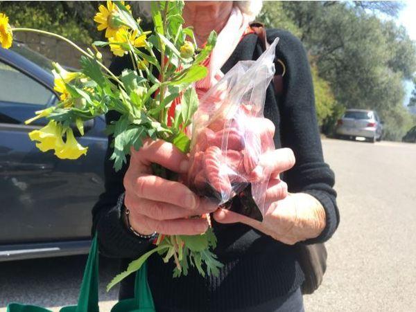 Des chocolats et des fleurs  à la main