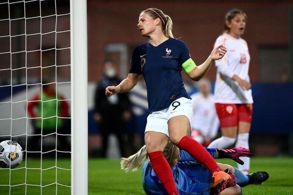 Eugénie Le Sommer marque l'un de ses quatre buts de la soirée face à la Macédoine du Nord vendredi 23 octobre au stade de la Source à Orléans.