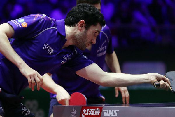 Emmanuel Lebesson, avec Tristan Flore (arrière plan), le 24 avril 2019, aux championnats du monde de tennis de table à Budapest.