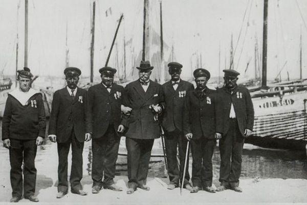 Le Ministre de Norvége, M. le baron de Wedel-Jarisberg, entouré des sauveteurs du bateau norvégien l'Ymer