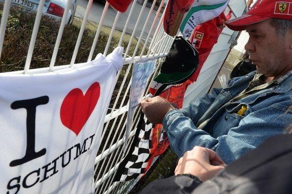 Un fan de Michael Schumacher, à Kerpen près de Cologne, le 30 décembre 2013.