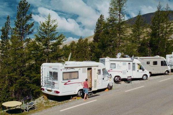 Chaque année, des milliers de supporters, à pied ou en camping-car, s'installent le long des routes du Tour de France pour encourager les coureurs et profiter de la célèbre caravane publicitaire.