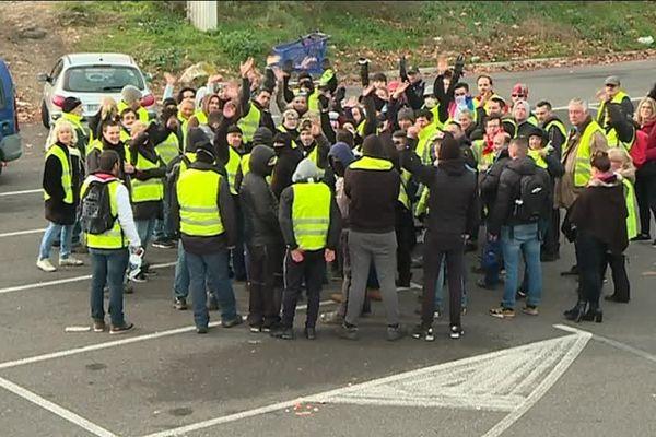 La préfecture du Gard a décidé d'interdire tout rassemblement ou manifestation qui pourrait être envisagé par le mouvement des gilets jaunes samedi 29 décembre à Nîmes sur les secteurs géographiques du centre routier et rond point du Kilomètre Delta, et du péage Nîmes Ouest de l'autoroute A9.