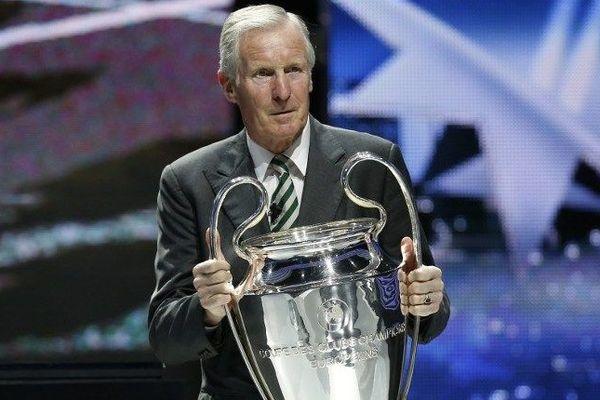 L'ancien joueur de football écossais, Billy McNeill, ce jeudi à Monaco avec le trophée de la Ligue des Champions.