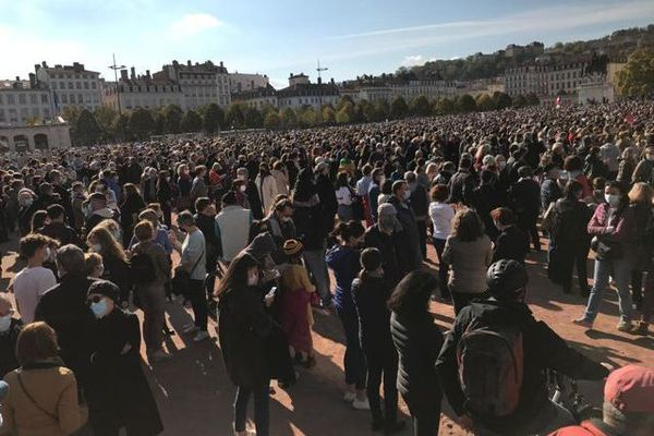 La place Bellecour, à Lyon, noire de monde, pour rendre hommage à l'enseignant Samuel Paty