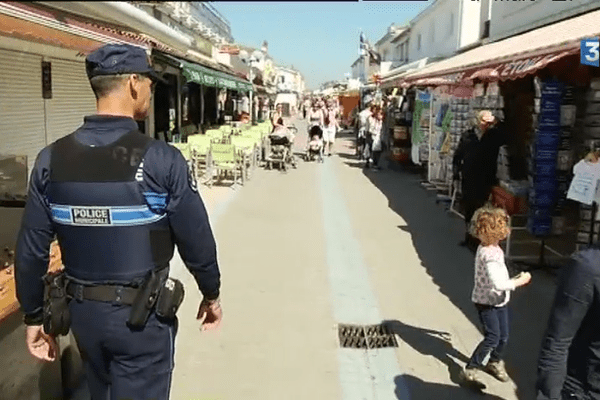 Policier municipal dans les rues de La Tranche-sur-mer.