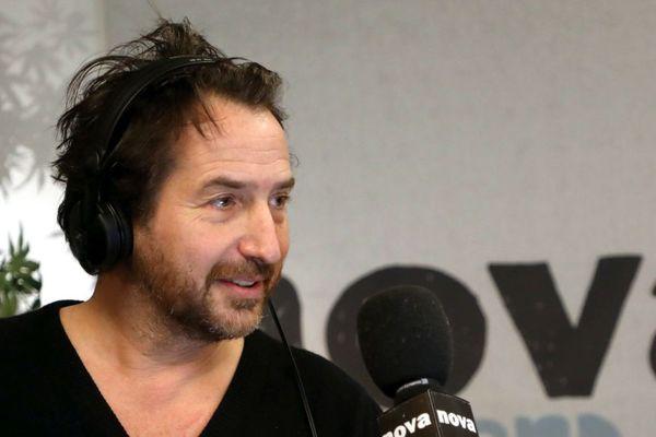 Dans son émission à Radio Nova, Edouard Baer incite les Français à partir en Bretagne.