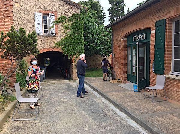 Les clients attendent patiemment leur tour devant l'épicerie de Fourquevaux
