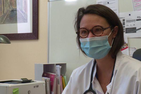 """""""Pour certains c'est la double-peine"""" estime le docteur Caroline Combes, médecin en chef du service de santé universitaire Lyon 1."""