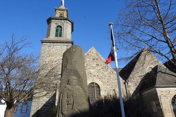Le monument aux morts d'Etables-sur-Mer, un Poilu sculpté dans un menhir