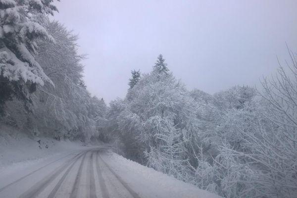 Conditions de circulation sur la route du Guéry, dans la région du Sancy, prise le matin du 12 janvier 2016.