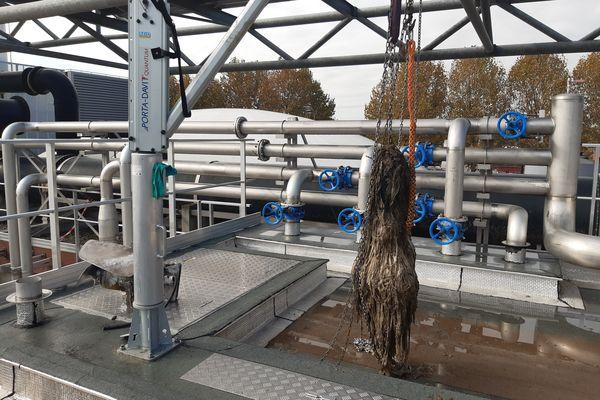 Les lingettes ont entraîné un bouchon important dans l'usine de dépollution Ginestous, près de Toulouse. Juillet 2021.
